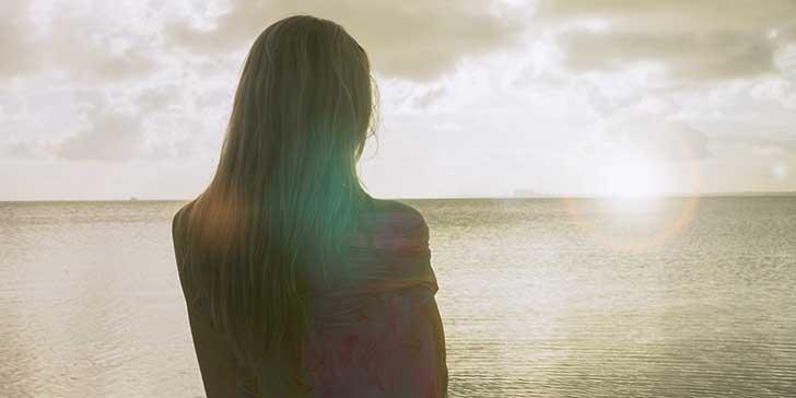 mujer de espaldas mar