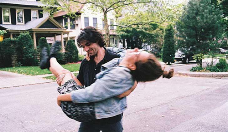pareja en brazos